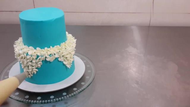 蛋糕师傅做的双层蛋糕,裱花的手艺太赞了,好精致啊!