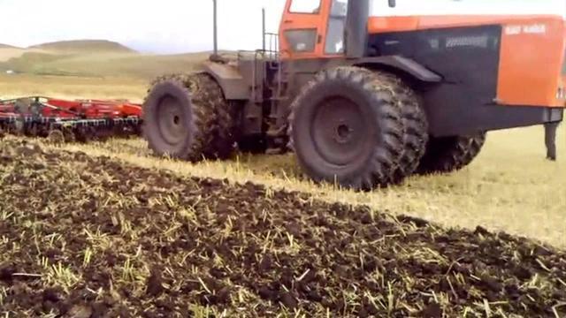 老外用国产440马力折腰转向拖拉机耕作,效率杠杆的