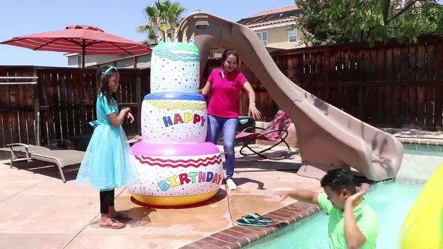 可爱女孩得到超炫酷三层巨大生日蛋糕 少儿亲子互动水中游戏