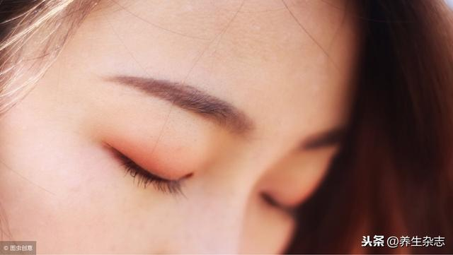 佰盛娱乐-皮肤科医生提醒:化妆前先做一件事,皮肤过敏不找你!