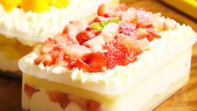 网红甜品莫过于水果盒子蛋糕,吃的时候一人一?#26657;?#26082;?#22870;?#21448;卫生