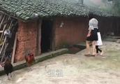 农村家里来客人了,儿媳妇接奶奶婆婆做饭,大家坐在一起好热闹!