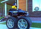 小孩开的玩具车坏了,自己换了个车轮,顺便把他老爸汽车给拆了