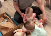 爸爸给小宝宝们买了布娃娃,宝宝们兴奋的小模样太可爱了