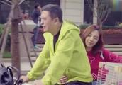 王小米跟随马克回家取照片 却在楼下遇到了马莉 吓的扭头就跑!