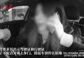 """""""我要发网上让你出名!""""女司机违停还威胁交警,被连人带车拖走"""