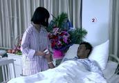 女孩和爸爸住在同一个病房,她照顾着爸爸,只想靠着他睡会