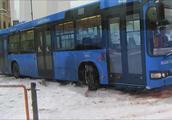 公交车都不停的打滑,这雪下的是真大!