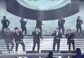 台上的邓超跟兄弟们唱歌,台下的孙俪满脸的幸福,真的好温馨啊!