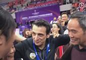 女排世俱杯新科MVP朱婷的幸福时刻,把家人介绍给主教练古德蒂