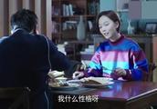 张嘉译太能撩了,吃着饭呢,都能把王珞丹撩笑了!