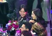 颁奖礼后台:杨幂和周笔畅玩嗨了,自己获奖全场不知!反应太逗了
