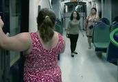 恐怖恶作剧:地铁发生事故,外面突然出现丧尸,大妈吓得不知所措