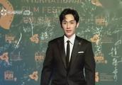 朱一龙现身首届海南岛电影节红毯 收获粉丝们百分百的热情呼唤!