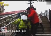 暖心!八旬老人不慎摔倒无法动弹,三名交警接力背人送医