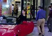 保安为了救美女而丢了工作,第二天美女开跑车接他,保安不为所动