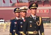 天安门广场上遇到的国旗卫士,个个颜值都非常帅,喜欢!