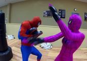 女蜘蛛侠让蜘蛛侠当陪练,这下手有点重啊