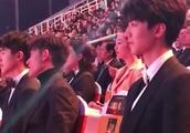 三小只,TFBOYS出席活动,王俊凯好专注,千玺你在看什么?