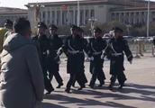 武警和黑衣人在天安门广场上巡逻,走路气势如虹,都很帅气!