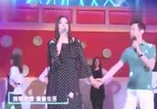 何炅、赵薇同台演唱《中餐厅》,一开口唱功了得,真心服啊!