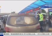 """南宁非法营运司机试图冲撞执法车辆逃跑,乘客还帮其""""打掩护"""""""