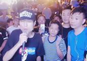 流浪歌手王亮在街头,演唱《上海滩》霸气豪迈,一首经典的老歌