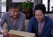 儿媳妇去香港给婆婆带了好多礼物,婆婆竟说这些钱拿来办酒席多好