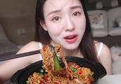 美女吃播张喜喜:DIY重庆爆辣鸡公煲为什么有种麻辣香锅的视觉感