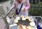 贵州铜仁烤糍粑,两块钱一个,便宜又好吃