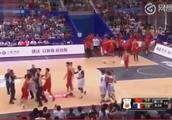经典冲突!周鹏恶意犯规爆发群殴,法国退赛离场,中国篮球的耻辱