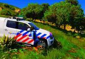 小新玩游戏:驾驶大众金刚狼警察涉水,结果会怎样?