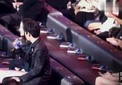 朱一龙拿了什么出来?迪丽热巴笑得那么开心,两人坐在一起好养眼