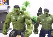 两个绿巨人要一起来与灭霸进行战斗