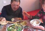农村大黑家的饭量有多大?一大盆生菜大半盆米线,大黑吃相真馋人