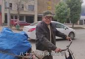 农村81岁老人每天坚持出来捡废品,一天能挣多少钱?听大爷怎么说