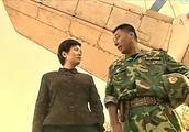 特战队长训练时很严肃,逗老婆的本事也不差,看把老婆乐得