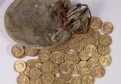 调音师在钢琴内找到一袋古金币,若据为己有可是一大笔财富呢