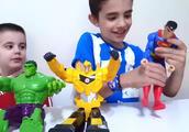 小正太兄弟有蜘蛛侠钢铁侠绿巨人的玩具