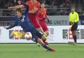 功夫足球!国足新星现奇葩失误,一记右勾拳直接将日本球员干倒!
