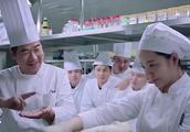 顶级厨师竟不会做刀削面,被客人难住,没想到打下手的是行家