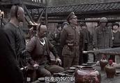 国军的阴谋得逞,杀了土匪老大,掌握了这支土匪军队