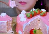 国外吃播:少女心满满的千层蛋糕,姐姐的小嘴不停吃