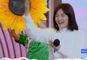 快乐大本营:谢娜与何炅合唱情歌很搞笑,何炅也忍不住笑场,哈哈