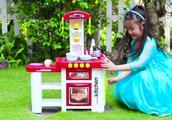 妈妈打翻了小萝莉的冰淇淋玩具车,小萝莉没有责怪妈妈