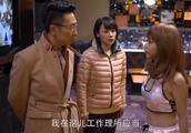 女儿偷偷到酒吧卖酒,跟男顾客搂搂抱抱,被父亲暴打一顿!