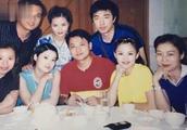 李湘晒湖南台同事聚餐旧照,并配文:革命战友们的友谊天长地久