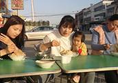 农村姑娘不到2分钟就吃掉一碗凉皮,这样的吃相真是没谁了