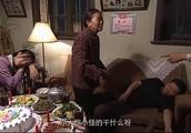 婆婆在酒里放了安眠药,故意弄晕儿子和儿媳,婆婆要成全好事!