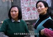 婆婆霸占丈母娘的房子住,现在却被强制收回,凶不起来了